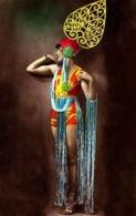 Reproduction D'une Photographie Ancienne D'une Danseuse Des Folies Bergères à La Tenue Multi-couleurs - Reproductions