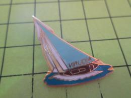 710e Pin's Pins / Beau Et Rare / THEME BATEAUX / VOILE VOILIER REGATE VIRUDIA - Barcos