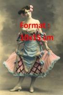 Reproduction D'une Photographie Ancienne D'une Danseuse Du Moulin Rouge En Robe Bleue Et Rose - Reproductions