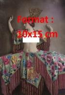 Reproduction D'une Photographie Ancienne D'une Danseuse Des Folies Bergères Au Torse Nu - Reproductions