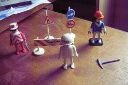PLAYMOBIL GEOBRA 1974 LOT PERSONNAGES PANNEAUX OUTILS BON ETAT - Playmobil