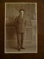 Oude FOTO--KAART  Man Met Handen Op De Rug (  Sepia) Door Fotograaf  Omer D' HAESE  AALST - Geïdentificeerde Personen
