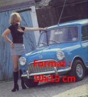 Reproduction D'une Photographied'une Dame En Mini Jupe Et Bottes Noires Près D'une Austin Mini Bleue - Reproductions