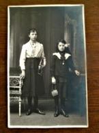 Oude FOTO- Kaart  Twee Meisjes Met Tasje In De Hand  Wit - Zwart   Door  B.  BLONDIAU   AALST - Geïdentificeerde Personen