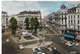 LYON - Place De La République Et Rue Président Carnot - Voiture : DS Citroen - 2CV - Panhard - Peugeot 404 - 403 - Renau - Lyon