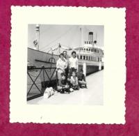 PHOTO 8 X 8 Cm En Août 1961... GENEVE. Groupe FEMMES, HOMMES Et ENFANTS Devant Un BATEAU....2 Scans - Lugares