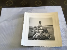 Photo Noir Et Blanc 1950 Femme Fille Assis Sur Scooter Vespa Ou Lambretta - Lieux