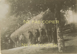 HUELGOAT Bretons à La Pierre Tremblante Vers 1900 Finistère 29 Bretagne - Lieux