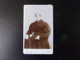 Photo  CDV ( 10.5 X 6.5 Cm ) Femme En Noir Avec Coiffe Sur La Tête, Photographe Touzery à Orléans - Personnes Anonymes