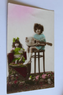 Enfant Fillette Faisant De La Musique A Sa  Poupee - Giochi, Giocattoli