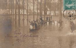 CARTE PHOTO:PERSONNES SUR BARQUE INONDATION PLACE DE L'ESPLANADE 1910 GIVET (08)..ÉCRITE - Givet