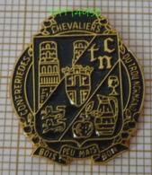 CONFRERIE DES CHEVALIERS DU TROU NORMAND  BOIS PEU MAIS BON BLASON POMME VERRE DE CALVADOS CALVA - Verenigingen