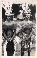 ** CARTE PHOTO A IDENTIFIER ** AFRIQUE NOIRE Jeunes Filles En Tenue D'apparat ( Cérémonie, Fête ... ? ) Black Africa - Non Classés