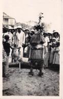 ** CARTE PHOTO A IDENTIFIER ** AFRIQUE NOIRE Homme En Tenue D'apparat Avec Masques ( Cérémonie, Fête ? ) Black Africa - Non Classés