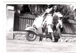 Photo : Deux Jolies Filles Sur Une Vespa (scooter)   Années 50 - Coches