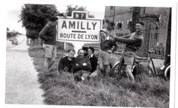 Photo Format Carte  : Groupe De Jeunes En Sortie Vélo, Au Repos à Amilly (45) Sur La RN 7 - Orte