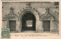 61hd 110 CPA - DOUAI - HOTEL DE VILLE - PORTE D'ENTREE SUR LA RUE DE LA MAIRIE - Douai