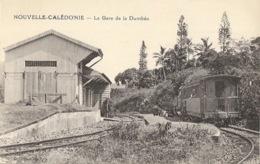 Nouvelle Calédonie - Chemin De Fer: Le Train Dans La Gare De Dumbéa - Collection Barrau - Nouvelle-Calédonie