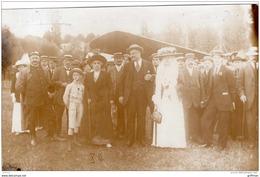 """PHOTO CARTE VICHY 1909 AVIATEUR ET SPECTATEURS DEVANT SON AVION NOM MENTIONNE AU DOS  """" D'A..."""" TBE - Piloten"""