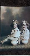 CPM ENFANTS SUR POT DE CHAMBRE SCATOLOGIE CAROLINE ET MARIE LYS - Cartes Humoristiques