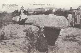 CARTE POSTALE ORIGINALE ANCIENNE : LOCMARIAQUER DES JEUNES FEMMES PRES D'UN DOLMEN  MORBIHAN (56) - Dolmen & Menhirs