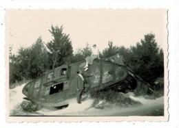 """Photo 6  X 8 Cm - Visite Et Prise De Photo Devant L'épave D'un Char Britannique """"Mark IV"""" - Guerre, Militaire"""