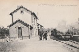 YERVILLE - LE TRAIN ARRIVE EN GARE - SUPERBE PREMIER PLAN DE LA LOCOMOTIVE - ANIMATION SUR LE QUAI - TOP !!! - Yerville
