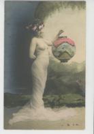 FEMMES - FRAU - LADY - Jolie Carte Fantaisie Portrait Femme Nue Sous Voile Tenant Un Lampion (seins Nus ) - Women