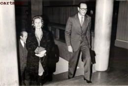 GRANDE PHOTOGRAPHIE JACQUES CHIRAC ET BERNADETTE 1977 PRESIDENT POLITIQUE - Personalidades Famosas