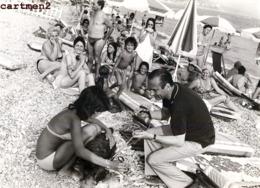 GRANDE PHOTOGRAPHIE JACQUES CHIRAC ET BERNADETTE A LA PLAGE PRESIDENT POLITIQUE - Personalidades Famosas