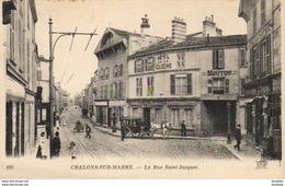 D51  CHÂLONS SUR MARNE  La Rue Saint Jacques  (avec Fiacre Devant L'Hôtel De La Cloche - Boutique Photographe à Droite) - Châlons-sur-Marne