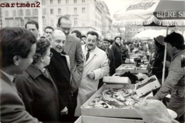 GRANDE PHOTOGRAPHIE JACQUES CHIRAC TOGA SUR LE MARCHE PRESIDENT POLITIQUE - Personalidades Famosas