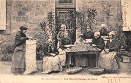 46-LES DENOISILLEUSES DE NOIX - Non Classés
