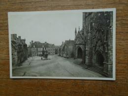 Locronan , La Place Et L'entrée De L'église - Locronan