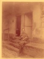 PHOTO MILITAIRE ASSIS DEGUSTANT UN VERRE SON CHIEN DANS LES BRAS ANNOTEE SOUVENIR DE ZEBERT FRANCK AOUT 1918 - Guerre, Militaire