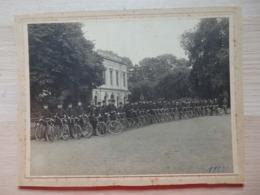 Huy - Photo Sur Carton - Soldats Militaires Musiciens à Vélos Devant Bâtiment Societe D'Amateurs - Cyclistes 1912 - Huy