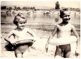 ENFANT / BÉBÉ NU Au BAIN - CHILD / NAKED BABY - VRAIE PHOTO / REAL PHOTO - DEVA / ROMANIA - ANNÉE / YEAR : 1961 (ad067) - Children