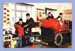 CPM - Palais Des Etudiants Et Des Pionniers - Pyongyang (Corée Du Nord) - Dans Le Laboratoire Des Tracteurs Les Pionnier - Corée Du Nord