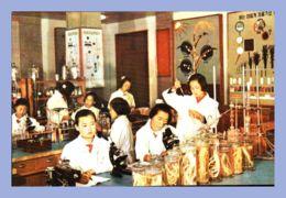 CPM - Palais Des Etudiants Et Des Pionniers - Pyongyang (Corée Du Nord) - Les Membres Du Cercle De Recherche Botanique P - Corée Du Nord