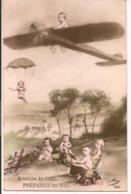 L80b187 - Groupe De Bébés, Avion, Parachute, ...- Il Tombe Du Ciel... - Mug N°259 - Cartoline Umoristiche