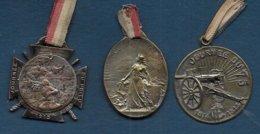 3 Médaillettes En Métal - Journée Du Poilu - Journée Serbe - Journée Du 75 - France