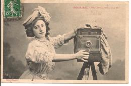 """L80b195 - """"Souriez, Une Deux Trois ça Y Est """" Jeune Femme Avec Appareil Photo  - A. Bergeret - Bergeret"""