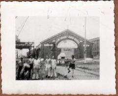 2 Petites Photos Originales - Hangar N.20 - Ligne Avec Ouvriers Torses Nus Dockers & Grue Vers Le Maroc - Dunkerque 1944 - Profesiones