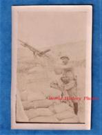 Photo Ancienne D'un Poilu - Front De VERDUN Meuse - Portrait D'un Soldat Sur Une Mitrailleuse - Arme Anti Aérien Casque - Krieg, Militär