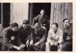 Foto Deutsche Soldaten Beim Gemüseputzen - 2. WK - 8,5*5,5cm (43866) - Krieg, Militär