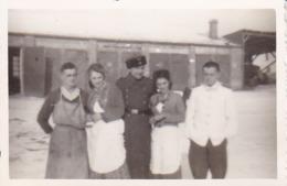 Foto Deutsche Soldaten Mit Küchenpersonal - 2. WK -  8*5cm (43873) - Krieg, Militär