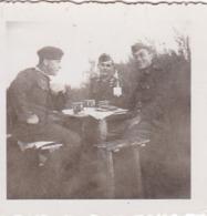 Foto Deutsche Soldaten Beim Feiern Im Freien - 2. WK -  5,5*5,5cm (43875) - Krieg, Militär