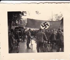 Foto Deutsche Soldaten In Marschkolonne - Hakenkreuzfahne Fahrräder - 2. WK -  5,5*4cm (43876) - Krieg, Militär