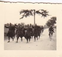 Foto Deutsche Soldaten Mit Französischen Kriegsgefangenen - 2. WK -  5*4cm (43878) - Krieg, Militär