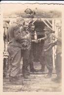 Foto Deutsche Soldaten Bei Geburtstagsfeier An Der Wolchow-Front - Russland - 2. WK -  8*5cm (43880) - Krieg, Militär